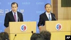 글린 데이비스 미국 대북정책 특별대표(왼쪽)와 한국의 임성남 한반도평화교섭본부장이 지난 달 25일 외교부청사에서 열린 공동 기자회견에서 취재진의 질문에 답하고 있다.