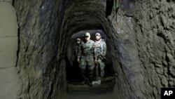 افغان اسپیشل فورسز کے اہلکار داعش کے زیر استعمال رہنے والی سرنگ کا جائزہ لے رہے ہیں