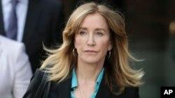 Bà Felicity Huffman rời tòa án liên bang ở Boston hôm 3/4.