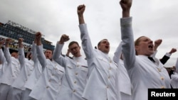 Para mahasiswa Akademi Angkatan Laut Amerika dalam upacara kelulusan mereka di Annapolis, AS, 24 Mei 2013.
