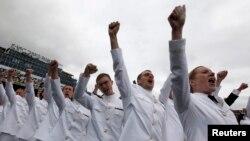 Entre los nuevos cadetes graduados hay 300 mujeres que se formaron en la Academia Naval de Annapolis, Maryland.
