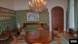 决定诺贝尔和平奖归属的会议桌(美国之音王南拍摄)