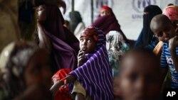 ជនភៀសខ្លួនសូម៉ាលីនៅខាងក្រៅមជ្ឈមណ្ឌលចុះឈ្មោះអង្គការ UNHCR ថ្ងៃទី១២ ខែសីហា ឆ្នាំ២០១១។