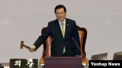 지난 3월 한국 국회에서 정의화 의장이 북한인권법 제정안 통과를 알리고 있다. 여야 합의로 마련된 제정안은 재석 의원 236명 가운데 찬성 212표, 기권 24표로 가결됐다. (자료사진)