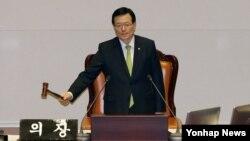 정의화 한국 국회의장이 지난 3월 국회 본회의에서 북한의 인권 문제를 다룰 근거와 기구를 마련하는 내용의 북한인권법 제정안 통과를 알리고 있다.