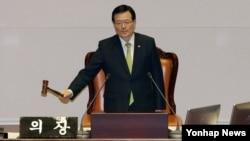 지난달 2일 밤 정의화 한국 국회의장이 국회 본회의에서 북한인권법 제정안 통과를 알리고 있다. 여야 합의로 마련된 제정안은 이날 재석 의원 236명 가운데 찬성 212표, 기권 24표로 가결됐다. (자료사진)