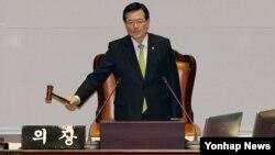 정의화 한국 국회의장이 2일 밤 국회 본회의에서 북한의 인권 문제를 다룰 근거와 기구를 마련하는 내용의 북한인권법 제정안 통과를 알리고 있다. 여야 합의로 마련된 제정안은 이날 재석 의원 236명 가운데 찬성 212표, 기권 24표로 가결됐다.