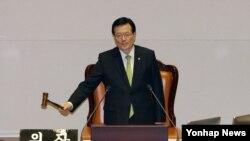 한국 통일부는 북한인권법에 명시된 '북한인권재단' 설립을 위한 실무팀을 구성했다고 밝혔다. 지난 2일 밤 정의화 한국 국회의장이 국회 본회의에서 북한의 인권 문제를 다룰 근거와 기구를 마련하는 내용의 북한인권법 제정안 통과를 알리고 있다. (자료사진)