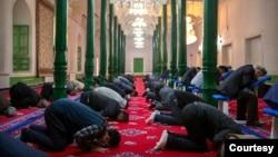 2021年4月19日,在政府組織的外國記者訪問期間,維吾爾人和其他信徒在中國西部新疆維吾爾自治區喀什的伊德嘉清真寺祈禱。