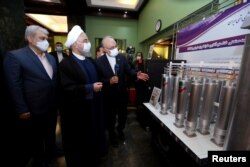 Presiden Iran Hassan Rouhani meninjau pencapaian baru nuklir Iran dalam peringatan Hari Energi Nuklir Nasional di Teheran, Iran, 10 April 2021. (Foto: Kantor Kepresidenan Iran/WANA via Reuters)