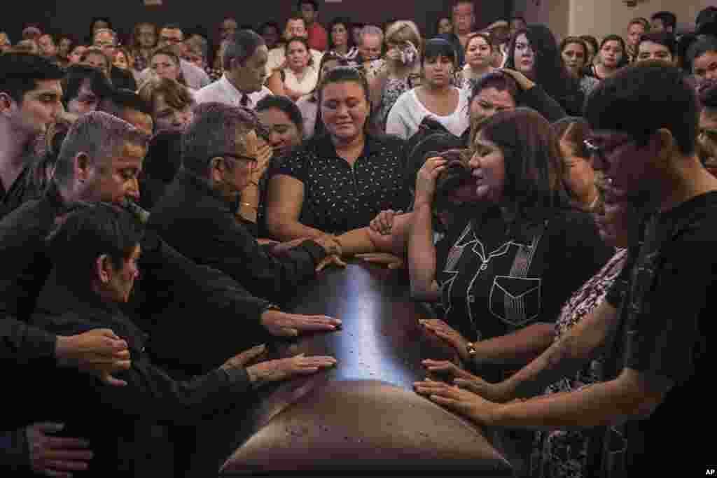 عزاداری برای خاویر والدز، خبرنگار مکزیکی که توسط باند مواد مخدر به قتل رسید.