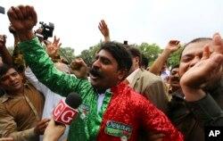 28일 파키스탄 대법원이 만장일치로 나와즈 샤리프 총리 파면 결정을 내린 직후, 법원 청사 인근에 모인 시민들이 환호하고 있다.