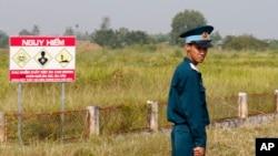 Một binh sỹ canh gác khu vực bị nhiễm dioxin ở Biên Hòa trong chuyến thăm của Bộ trưởng QP Mỹ James Mattis hôm 17/10.