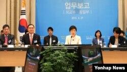 27일 청와대 영빈관에서 열린 외교부·통일부 업무보고에서 인사말을 하고 있는 박근혜 한국 대통령.