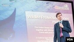 Duta Besar AS untuk Indonesia Robert Blake dalam diskusi mengenai perlindungan ikan manta di @america, Jakarta. (VOA/Iris Gera)