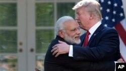 El presidente de Estados Unidos Donald Trump y el primer ministro de India Narendra Modi se abrazan al concluir declaraciones conjuntas en el Jardín de las Rosas de la Casa Blanca, luego de conversaciones bilaterales con delegados de sus gobiernos. Junio 26 de 2017.