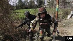 Binh sĩ Ấn Ðộ đối đầu với các phần tử chủ chiến trong vùng ngoại ô Srinagar, ngày 21/10/2010