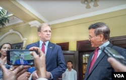 U.S. Ambassador to Cambodia W. Patrick Murphy and opposition leader Kem Sokha deliver a joint press statement to reporters after their meeting at Kem Sokha's house in Phnom Penh, Cambodia, November 11, 2019. (Khan Sokummono/VOA Khmer)