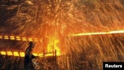Pekerja di pabrik baja di Dalian, provinsi Liaoning, Tiongkok. (Foto: Dok)