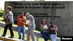 Pedestrians walk past a wall outside the U.S. embassy, Caracas, Oct. 1, 2013.