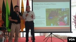 Profesor Ronald Albert Harris (kanan), peneliti dan ahli geologi dari Brigham Young University Amerika Serikat saat berbicara dalam seminar nasional geologi di Institut Agama Islam Negeri (IAIN) Palu, Sulawesi Tengah. (27/11) (VOA/Yoanes Litha)