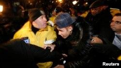 Justin Bieber llega a la estación de policia en Toronto, donde se presentó para encarar cargos de agredir a un motorista.