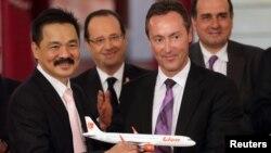 CEO Lion Air Rusdi Kirana (kiri), bersama Presiden Airbus Fabrice Bregier (kedua dari kanan), Presiden Perancis Francois Hollande (kedua dari kiri) dan ketua EADS Marwan Lahoud di Paris (18/3). (Reuters/Philippe Wojazer)
