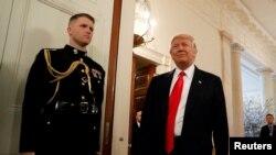 川普总统在白宫前往出席全国州长协会会议(资料照)