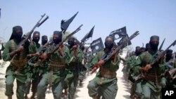 Latihan para prajurt al-Shabab di pinggiran kota Mogadishu, Somalia (foto: dok).