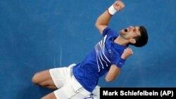 Novak Đoković proslavlja pobedu nad Novakom Đokovićem u finalu Australijen opena u Melburnu (Foto: AP/Mark Schiefelbein)
