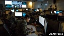 美军一个网络行动队的作战室(美国空军2017年12月2日照片)