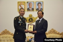 General Apirat Kongsompong, Commander-in-chief of the Royal Thai Army is pictured with General Tea Banh, Minister of National Defense of Cambodia, in Phnom Penh, Cambodia, January 29, 2019. (Courtesy of Cambodia's Ministry of National Defense)