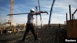 Công nhân làm việc tại một dự án xây dựng căn hộ trong một khu định cư của người Do Thái, ngày 28/10/2014.