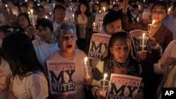 친정부 시위대가 '하얀 셔츠' 운동을 벌이며 지난 24일 자신들의 선거권을 보장하라는 내용의 촛불 집회를 갖는 모습. 반정부 시위대는 이들의 총격으로 자신들의 지도자가 사망했다는 주장을 하고 있다.