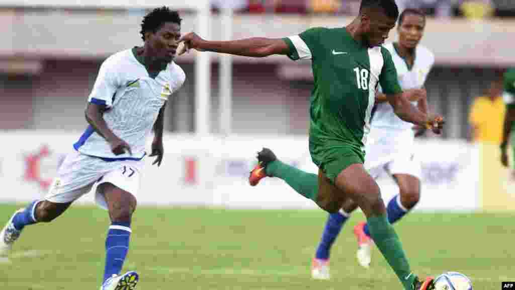 L'attaquant nigérian Kelechi Iheanacho (C) tente de remporter tirer contre la Tanzanie lors du match de qualification de la Coupe d'Afrique des Nations 2017 à Uyo, le 3 septembre 2016.