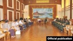 တပ္မေတာ္ကာကြယ္ေရးဦးစီးခ်ဳပ္ ဗိုလ္ခ်ဳပ္မွဴးႀကီး မင္းေအာင္လိႈင္နဲ႔ ျမန္မာႏုိင္ငံ စာနယ္ဇင္းေကာင္စီ ယာယီ တာဝန္ရွိသူေတြ ေနျပည္ေတာ္မွာရွိတဲ့ ကာကြယ္ေရးဝန္ႀကီးဌာနမွာ ၂၄ ရက္ ၾသဂုတ္လ ၂၀၁၅ မွာ ေတြ႔ဆံုခဲ့ၾကခ်ိန္ (ဓာတ္ပံု - Senior General Min Aung Hlaing FB)