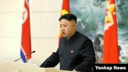 북한 김정은 국방위원회 제1위원장이 지난달 장거리 로켓 발사에 기여한 과학자와 간부들을 초대한 연회에서 연설하고 있다.