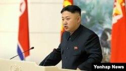 장거리 로켓 `은하 3호'의 발사에 기여한 과학자와 간부 등 관계자들을 초청해 연회를 열고 격려하는 북한 김정은 국방위원회 제1위원장
