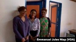 Carine Claire Andela, en compagnie de ses collaboratrices de la startup Forum Afrique Genius, qui promeut la transformation des produits locaux à Yaoundé, Cameroun, le 23 août 2017. (VOA/Emmanuel Jules Ntap)