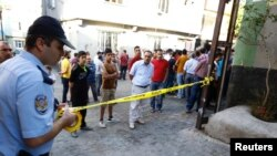 Seorang polisi tengah mengamankan lokasi pasca ledakan boom bunuh diri yang menarget sebuat pesta pernikahan di Gaziantep, Turki, 21 Agustus 2016 (Foto: REUTERS/Osman Orsal)