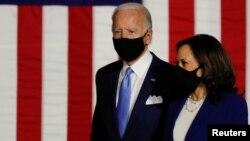 បេក្ខជនប្រធានាធិបតីខាងគណបក្សប្រជាធិបតេយ្យលោក Joe Biden និងបេក្ខជនអនុប្រធានាធិបតី លោកស្រី Kamala Harris នៅក្នុងការធ្វើយុទ្ធនាការរកសំឡេងគាំទ្រមួយ នៅវិទ្យាល័យ Alexis Dupont ក្នុងទីក្រុង Wilmington រដ្ឋ Delawareស.រ.អា នៅថ្ងៃទី១២ ខែសីហា ឆ្នាំ២០២០។