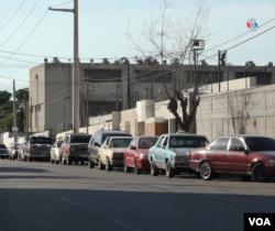 Las kilométricas colas de vehículos a las afueras de las estaciones de servicio no se han eliminado a pesar del nuevo plan de racionamiento, llamado Pico y Placa. Foto: Gustavo Ocando Alex.
