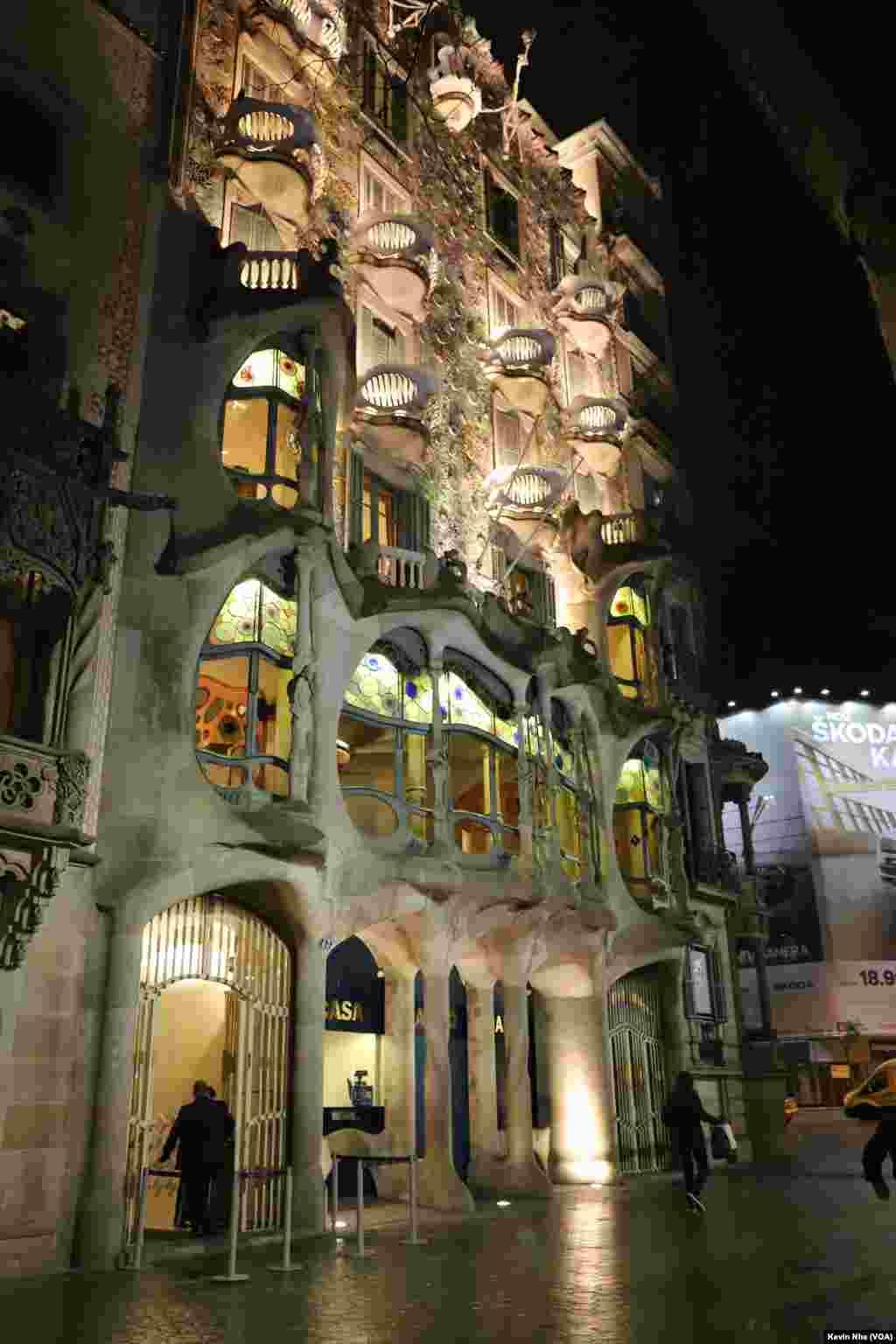 «کازا باتیو» یک ساختمان معروف است که همراه با «کازا میلا» توسط «آنتونی گادی» طراحی شده است. ساکنان محلی آن را ماسا دل اوسوس (خانهٔ استخوانها) نیز مینامند که دلیل آن کیفیت اساسی اسکلت درونی آن است.