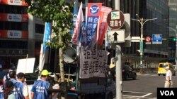 2016年5月31日,华航所属飞行员、空服员和维修人员走上街头抗争游行。在台湾,社会各团体走上街头表达意见司空见惯,已成为台湾民主走向成熟的标志。