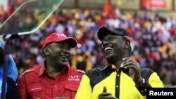 William Ruto (à dr.) participe à un meeting électoral à Nairobi, le 23 déc. 2012, en compagnie du candidat Uhuru Kenyatta (devenu président du Kenya)