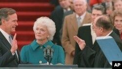 George H. W. Bush toma posse como Presidente