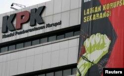 Spanduk menyerukan warga biasa untuk ikut pemberantasan korupsi terpampang di gedung KPK di Jakarta 11 Desember 2008. (Foto: Reuters)