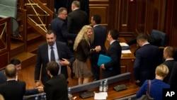 قانونگذاران پارلمان کوزوو پس از تأیید رأی عدم اعتماد و برکناری دولت به یکدیگر تبریک می گویند