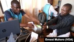 Un malade hospitalisé fait le déplacement jusqu'au centre d'inscription pour se faire enrôler à Bukavu, RDC, le 12 janvier 2017. (Ernest Muhero)