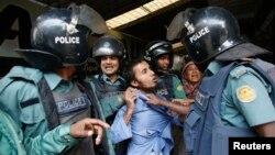 Công an bắt giữ một người đàn ông bị tình nghi là một nhà hoạt động của tổ chức Hồi giáo Hizb-ut cấm-Tahrir ở Dhaka.